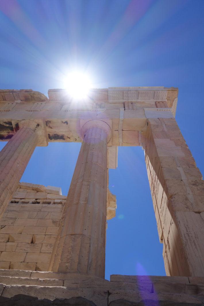 sun hits akropolis